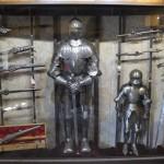 выставочный зал с экспозицией рыцарских доспехов 1