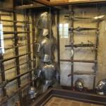 выставочный зал с экспозицией рыцарских доспехов 3