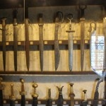 выставочный зал с экспозицией рыцарских доспехов 4