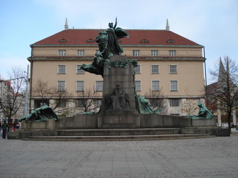 Памятник Франтишеку Палацкому