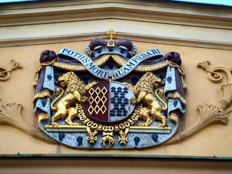 Роганский дворец - герб