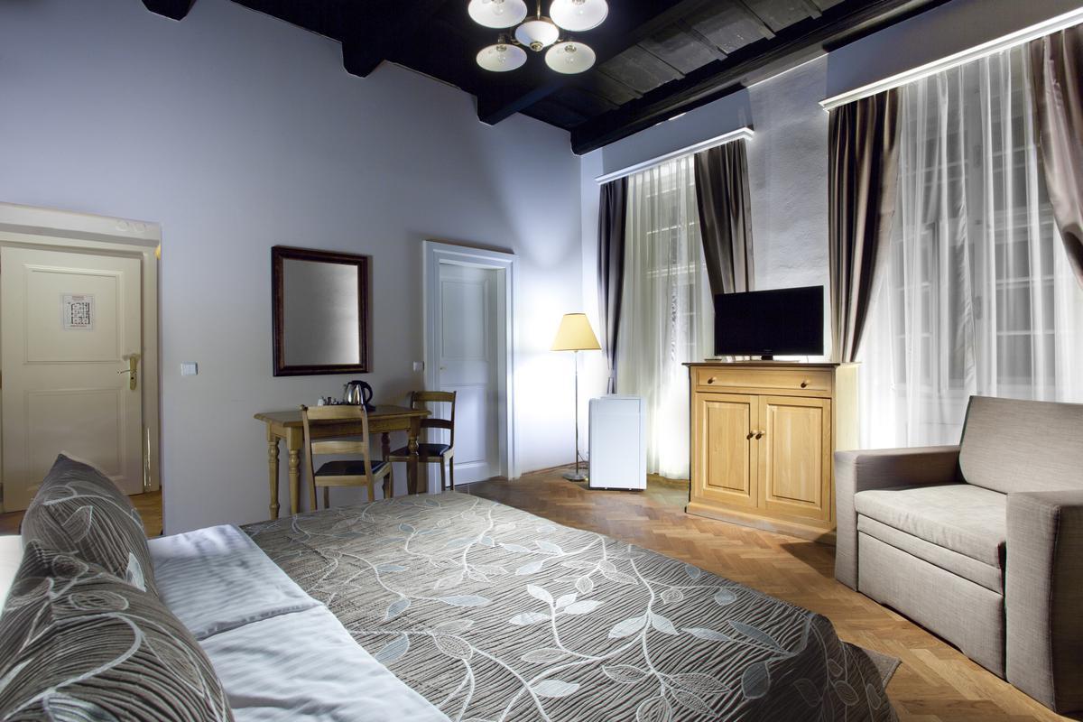 hotel pod vezi. Black Bedroom Furniture Sets. Home Design Ideas