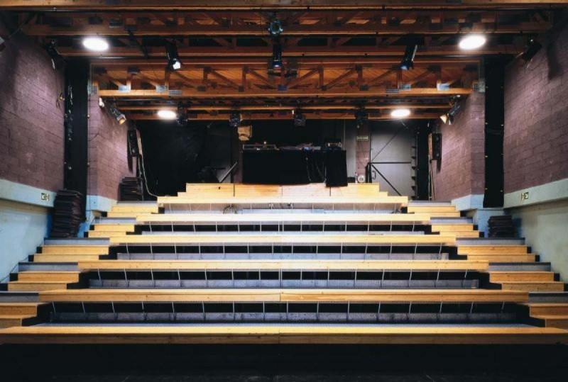 Театр Alfred ve dvoře 4